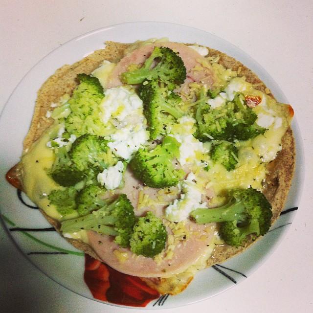 Pizza com cottage, peito de peru, muçarela light e brócolis.