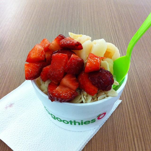 iogurte natural com frutas e amêndoas em lasca