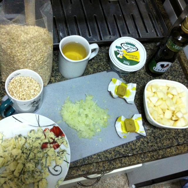 Ingredientes já cortadinhos e separados porque precisamos de agilidade para fazer risoto!